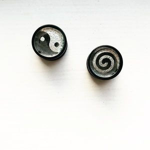 "Black & silver 1/2"" yin yang ear plugs / gauges"